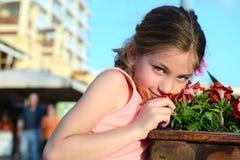 пахнуть девушки цветков Стоковое Изображение