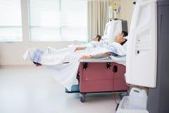 Пациенты получая ренальный диализ в комнате Chemo Стоковые Фото