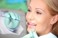 пациент дантиста рассматривая Стоковое Фото