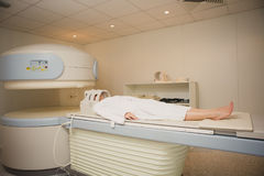 Пациент будучи просматриванным и диагностированный на компьютерной томографии Стоковое фото RF