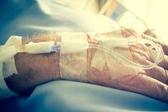 Пациент в больничной койке и иметь падение решения Iv стоковые фотографии rf