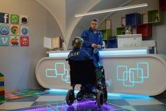 Пациент в кресло-каталке в приеме больницы ` s детей Стоковое Изображение