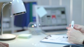 Пациент дает термометр доктора на рабочем месте Термометр лихорадки управлением доктора видеоматериал