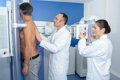 Пациент доктора направляя для рентгеновского снимка Стоковая Фотография