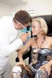 пациент доктора рассматривая Стоковое Фото