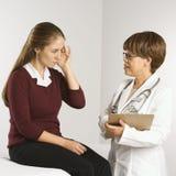 пациент доктора рассматривая стоковая фотография
