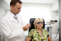 пациент доктора рассматривая Стоковые Изображения RF
