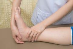 Пациент делая физические упражнения с физическим терапевтом Стоковая Фотография RF
