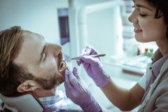 Пациент женского дантиста рассматривая Женский дантист Стоковые Фотографии RF
