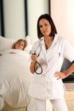 пациент женщины доктора Стоковое фото RF