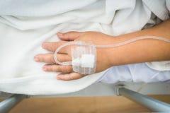 Пациент женщины конца-вверх в больнице с соляным intravenous IV Стоковые Фотографии RF