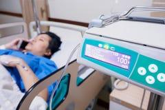 Пациент женщины лежа вниз в больнице Стоковые Изображения RF