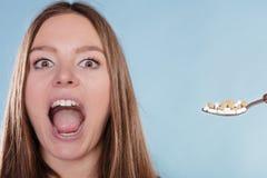 Пациент женщины принимая таблетки пилюлек Наркоман лекарства стоковая фотография