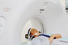 Пациент имея компьютерную аксиальную томограмму ее головы Стоковые Фотографии RF