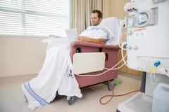Пациент используя диализ планшета ждать Стоковые Изображения
