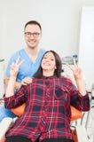 Пациент и гигиенист дамы быть счастливый показывающ мир Стоковое Изображение