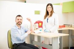 Пациент и доктор после рисовать некоторую кровь стоковое изображение rf