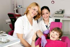 Пациент маленькой девочки с большим пальцем руки вверх Стоковое Изображение RF