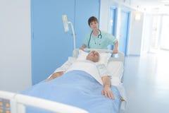 Пациент медсестры перенося к комнате спасения Стоковое фото RF