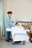 Пациент медсестры готовя получая ренальный диализ Стоковая Фотография