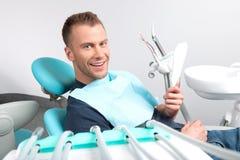 Пациент на офисе дантиста. Стоковое Фото