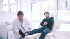Пациент на приеме неправомочного доктора видеоматериал