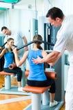 Пациент на физиотерапии делая физиотерапию Стоковые Изображения