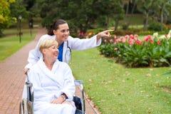 пациент нюни принимая прогулку стоковое изображение rf