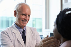 Пациент доктора В Бел Пальто Examining женский в офисе Стоковая Фотография RF