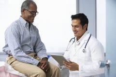 Пациент доктора В Хирургии С Мужчины используя таблетку цифров Стоковые Изображения RF