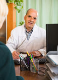 пациент доктора женский мыжской Стоковая Фотография