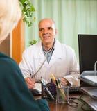 пациент доктора женский мыжской Стоковое Изображение