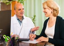 пациент доктора женский мыжской Стоковые Изображения RF