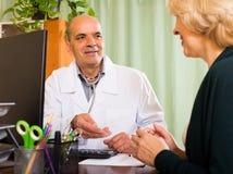 пациент доктора женский мыжской Стоковая Фотография RF