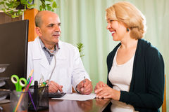 пациент доктора женский мыжской Стоковое Фото