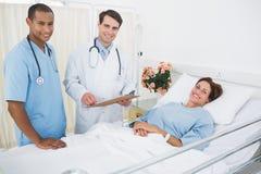 Пациент доктора и хирурга посещая в больнице Стоковое Изображение
