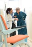 пациент доктора помогая Стоковые Фотографии RF