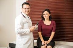 Пациент доктора рассматривая в его офисе Стоковая Фотография RF