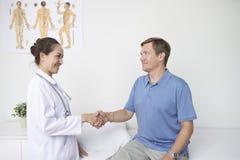 Пациент приветствию доктора стоковое фото rf