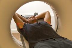 Пациент расмотренный в томографии CT на радиологии Стоковая Фотография RF