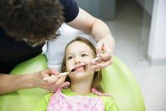 Пациент ребенка на ее регулярн зубоврачебном проверке Стоковые Изображения RF