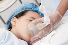Пациент ребенка получая искусственную вентиляцию Стоковое фото RF