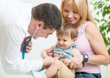 Пациент ребенк доктора рассматривая с стетоскопом Стоковые Изображения