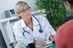 Пациент дружелюбного женского доктора советуя с Стоковое Фото