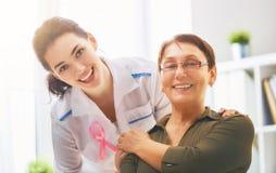 Пациент слушая к доктору Стоковые Фото