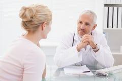 Пациент советуя с счастливым доктором стоковые фотографии rf