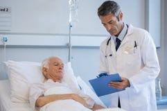 Пациент старшего доктора посещая Стоковые Фотографии RF