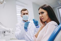 Пациент страдая от toothach стоковое фото