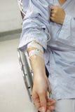 пациент intravenous руки потека Стоковые Изображения