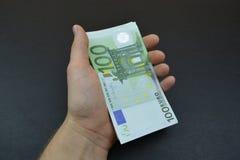 Пачка евро сотен в руке Стоковые Изображения